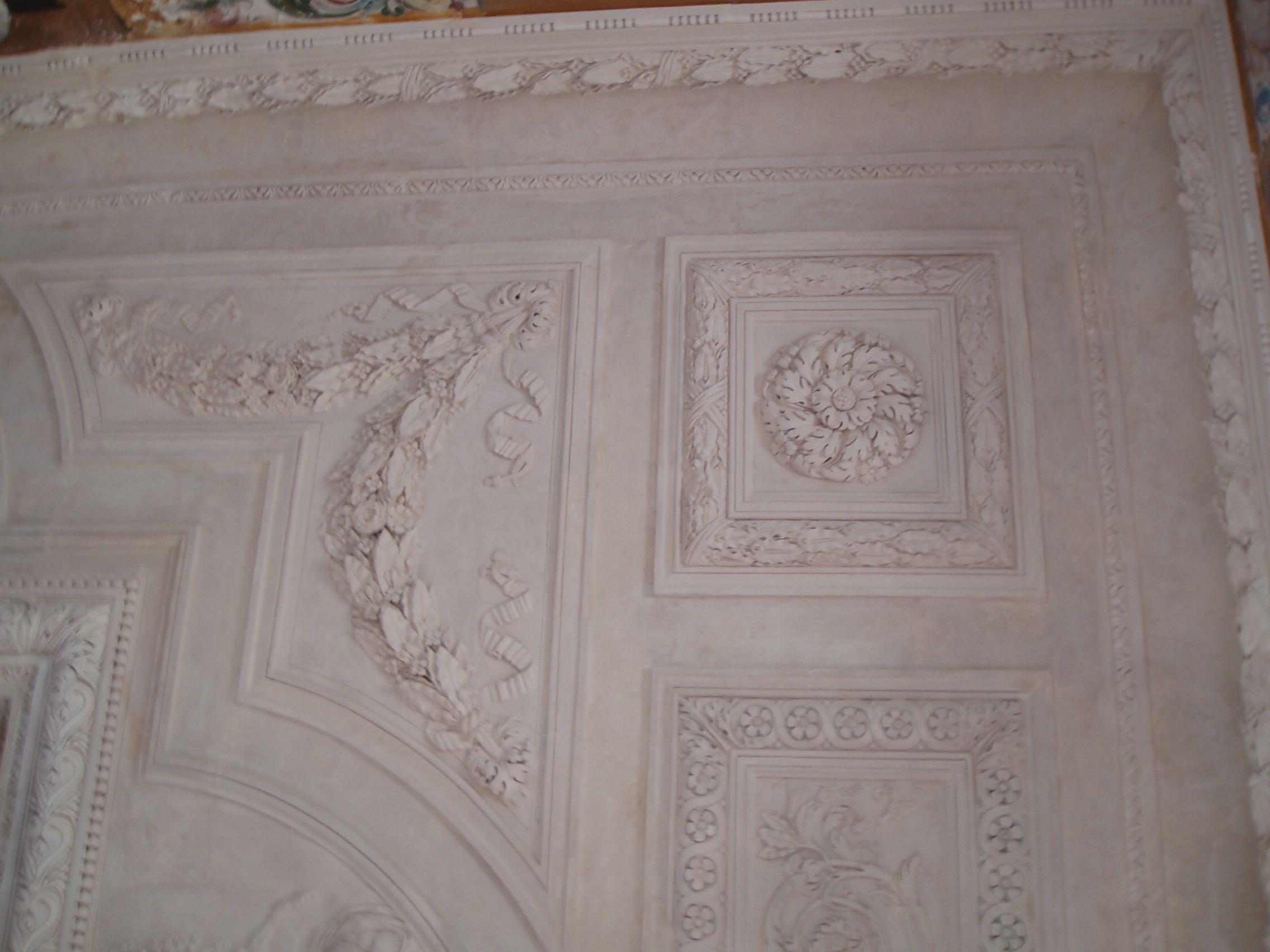 Plafond en plâtre modelé sur place