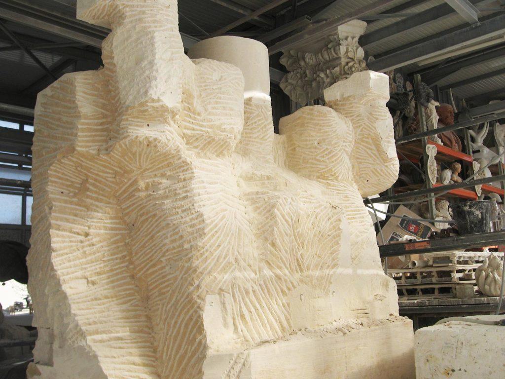 Sculpture du groupe dans une pierre monolithe