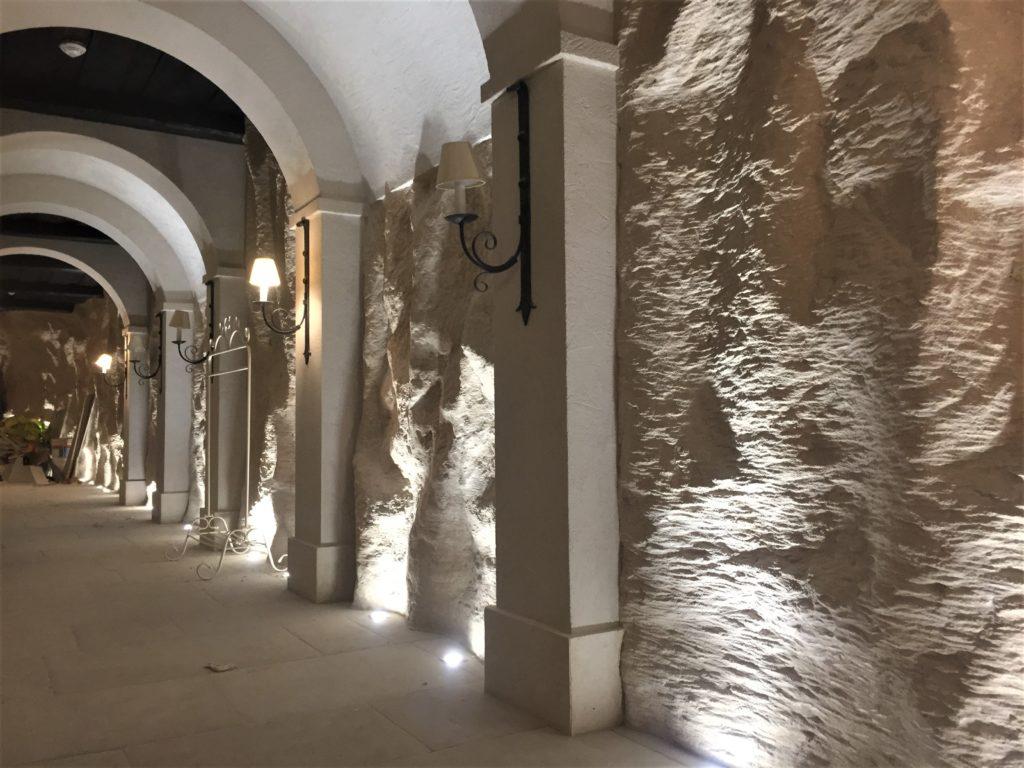 Décoration en staff imitation faux rochers environnant