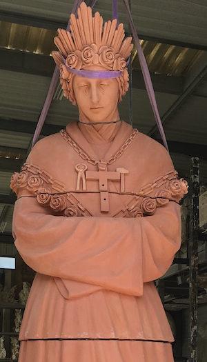 Assemblement de la statue en terre cuite